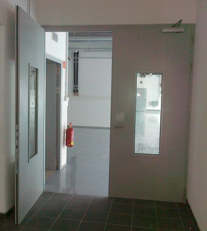 Požární ocelové částečně prosklené dveře /