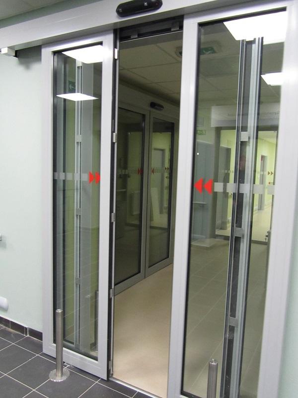Požární automaticky posuvné prosklené dveře /